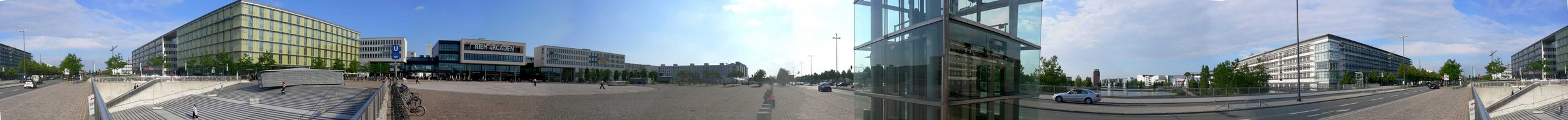 Willy-Brandt-Platz (U-Bahnstation Messestadt West ) mit Riem Arcaden und Messesee